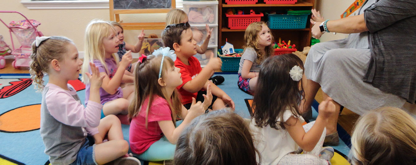 children learning sign language in preschool